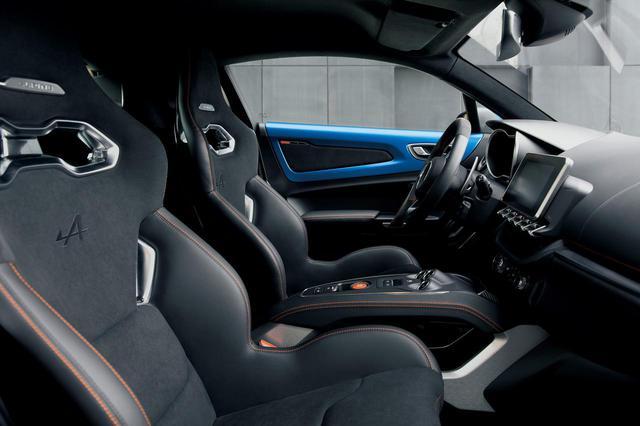 画像: アルピーヌA110Sのシートは、オレンジのステッチの入ったサベルト製の軽量モデル。