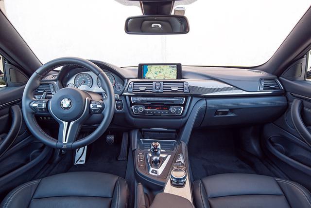 画像: 日常の快適性も兼ね備えたインテリア(写真はM4クーペ)。ドライバーに必要な情報をフロントウインドウスクリーンに示す「BMWヘッドアップディスプレイ」を装備。前車接近警告機能、衝突回避・軽減ブレーキ、レーンディパーチャーウオーニングなどの機能を持つ「ドライブアシスト」も備える。