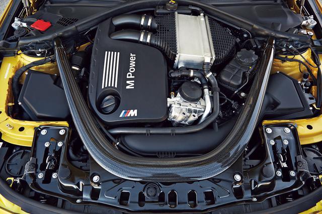 画像: 先代(E90/E92)のV8DOHCエンジンに代わり搭載されたS55B30A型3L直6DOHCツインターボ。高精度直噴システム、ダブルVANOS、バルブトロニックを組み合わせた新開発のエンジンで、先代モデルを約40%上回る550Nmの最大トルクを発生。M4クーペ/M3セダンともに0→100km/h加速は4.1秒。