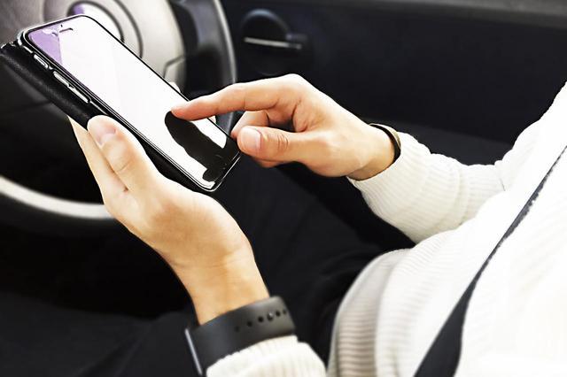 画像: 2019年12月に適用される道路交通法の改正により、運転中の携帯電話による通話はもちろん、機器を手に持っているだけでも取り締まりの対象となる。