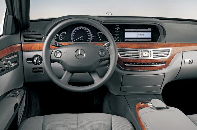 画像: インテリアは豪奢で快適に過ごせる空間であるのはもちろん、「ダイレクトセレクト」による操作性、機能性の高いディスプレーなど、ドライバーのストレスを軽減したものとなっている。視認性に配慮し、モニターはメーターと同じ高さに配置される。