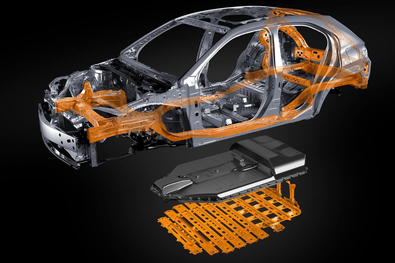 画像: 広州モーターショーで公開されるレクサスUX300eのバッテリーは床下に配置される。