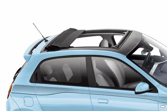 画像: ルノー トゥインゴのキャンバストップは電動開閉式、風の巻き込みを防ぐディフレクターも備わる。