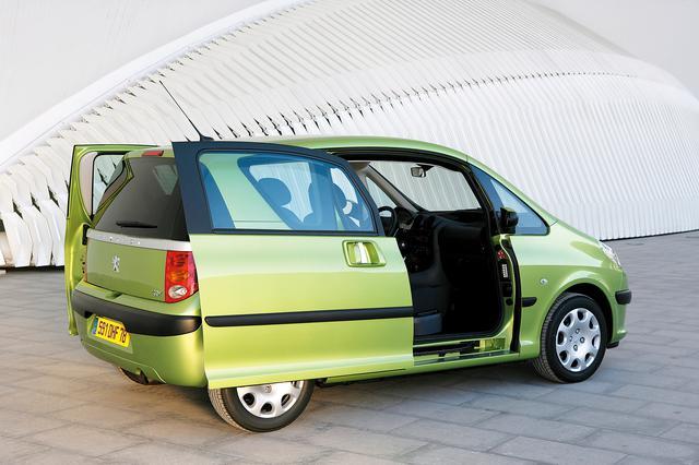 画像: 2002年のパリサロンでショーデビューしたコンセプトカー「セサミ」をベースに、2005年に登場したプジョー1007。ミニバンなどでスライドドアは珍しい機能ではないが、コンパクトカーで運転席/助手席をスライドドアにするアイデアは斬新。