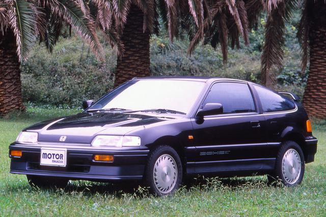画像: 先代同様、DOHC搭載車はボンネット上にはパワーバルジが設けられていた。
