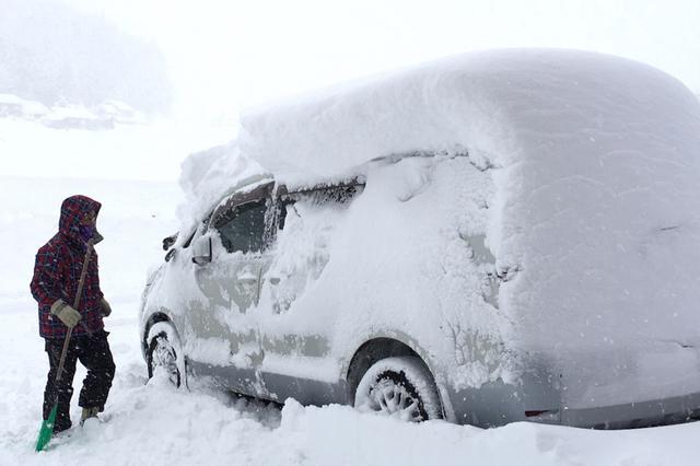 画像: あらかじめエンジンを始動してデフロスターをかけて霜取りを行うという方法もあるが、積雪には対応できない。