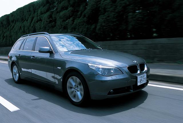 画像: BMW530i ツーリング。オーソドックスだが、均整のとれた美しいプロポーションがプレミアムワゴンらしい艶を見せる。