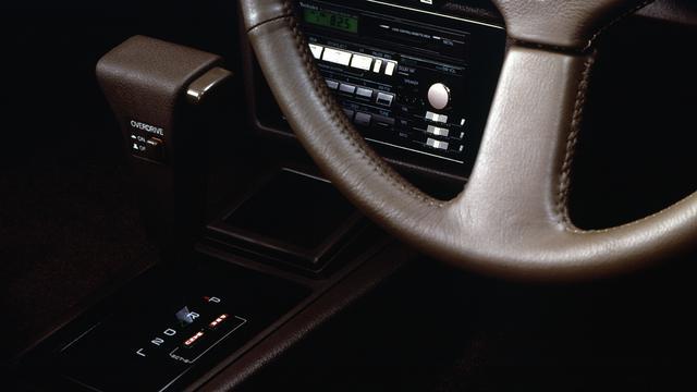画像: ハイソカーの代表格70系トヨタ クレスタ(1984年~1989年)に搭載された4速AT(オーバードライブ付)。高級感とMT車に負けないスポーツライクな走りで、AT車の魅力を多くの人に知らしめた。