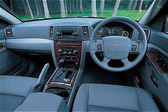 画像: グランドチェロキー リミテッド5.7のインパネまわり。機能優先で乗用車感覚。