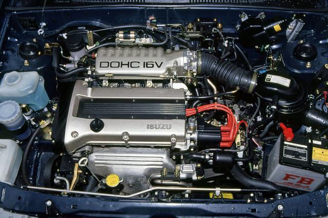 画像: いすゞ初の4バルブDOHCとなった4XE1型。高回転型で、8000rpmまで軽々と回った。