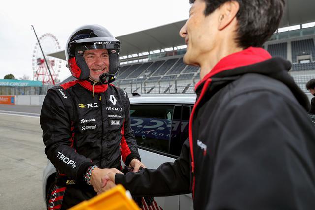 画像: ルノースポール開発ドライバーの面目躍如、ファーステストラップを出して満面の笑みを浮かべるウルゴン氏。