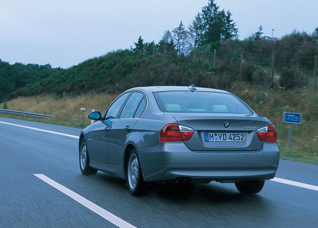 画像: BMW325i。E90型の代表車種になるのではないかと思うほどバランスがよかった。アウトバーンの速度無制限区間でも試乗することができた。200km/hまでは一気に加速するが、そこから230km/hくらいまでジワジワと伸びていく感じだ。