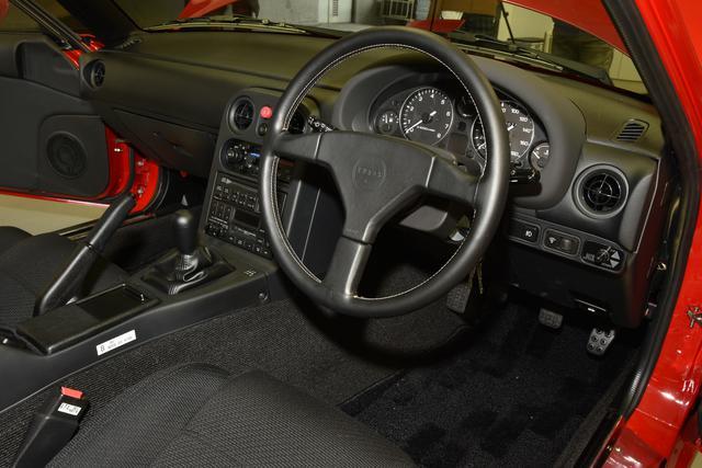 画像: 新車のようなインテリアに生まれ変わった室内。フロアマットも高級感が増した復刻品。オリジナルより素敵かも!