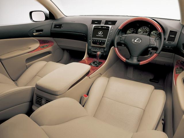画像: レクサスGS430のインテリア。スマートエントリー&スタートシステム、HDDナビゲーションは全車標準装備。