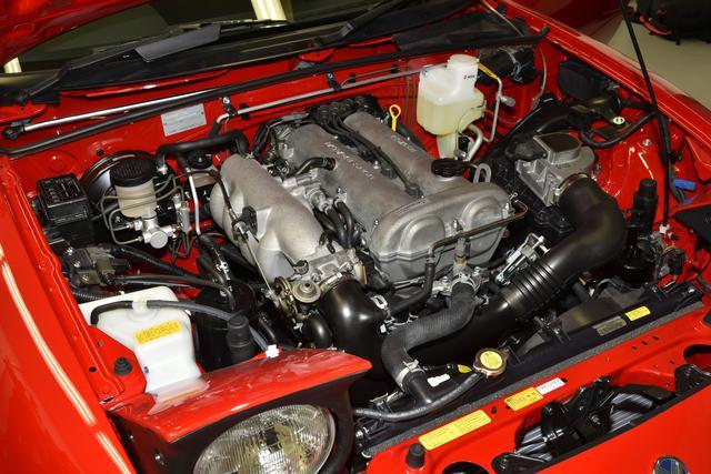 画像: オーバーホールされたエンジンを搭載。ホースやブッシュ類も新品になり、乗り心地はまさに新車のようだ。