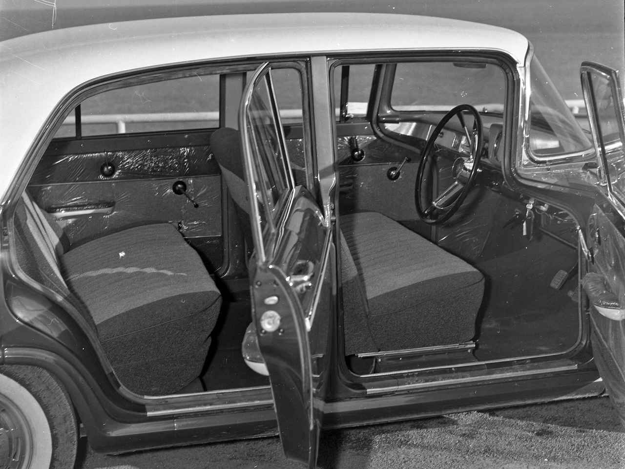 画像: シートは前後ともベンチタイプで乗車定員は6名。ミッションはコラム式の4速MTのみだった。