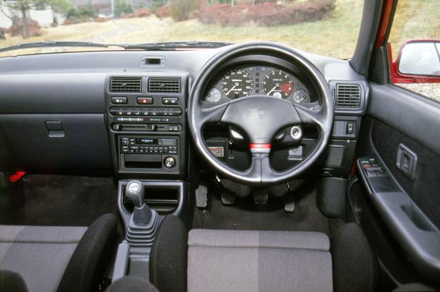 画像: GTには写真のMOMO製ステアリングとレカロ製シートがオプション設定された。