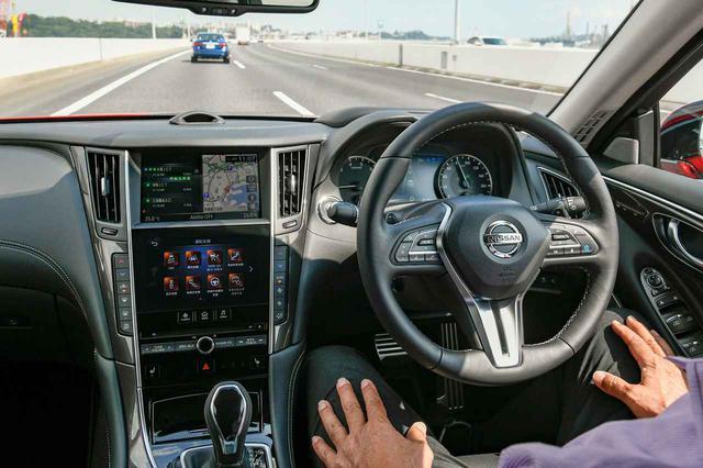 画像: 日産のプロパイロット2.0(写真はスカイライン)のハンズオフ機能も、BMWの高速道路渋滞時ハンズオフアシストも、どちらも運転支援に分類される自動運転「レベル2」の機能。自動運転にあたる「レベル3」の登場はこれからだ。