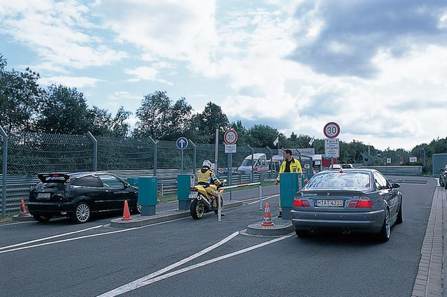画像: ノルドシュライフ(ニュルブルクリンク北コース)は、まず入り口ゲートでチケットを差し込み周回料を支払ってからコースインする。1周するごとにこの手順が繰り返される。といっても全長20.8kmを回ってくるのには新型M5でも8分以上かかる。オートバイやバスも走れる。