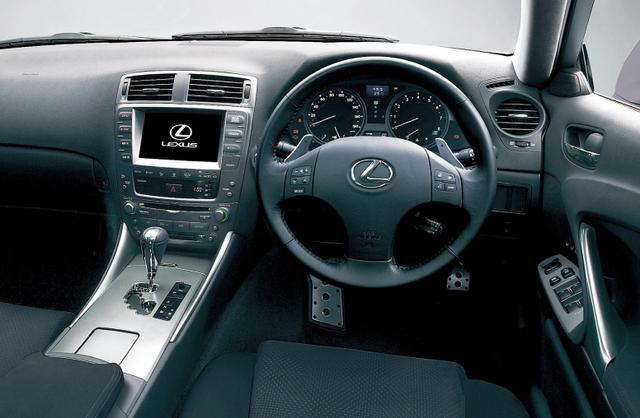 画像: ステアリングパドルシフター付シーケンシャルシフトマチックを全車標準装備するのがISの大きな特徴のひとつ。