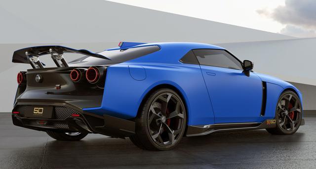 画像: ボディカラーはブルーの日産 GT-R50 by イタルデザイン。大きな可変式リアウイングが目立つリアビュー。