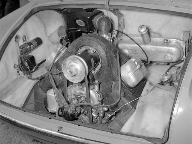 画像: 90度V型2気筒のOHVというユニークなエンジンをリアに縦置き搭載して後輪を駆動する。