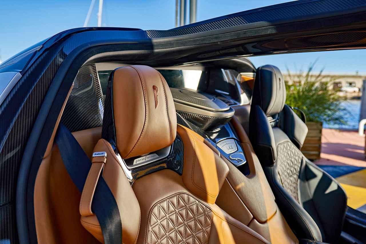 画像: 運転席と助手席でカラーが違うシートがユニークだ。
