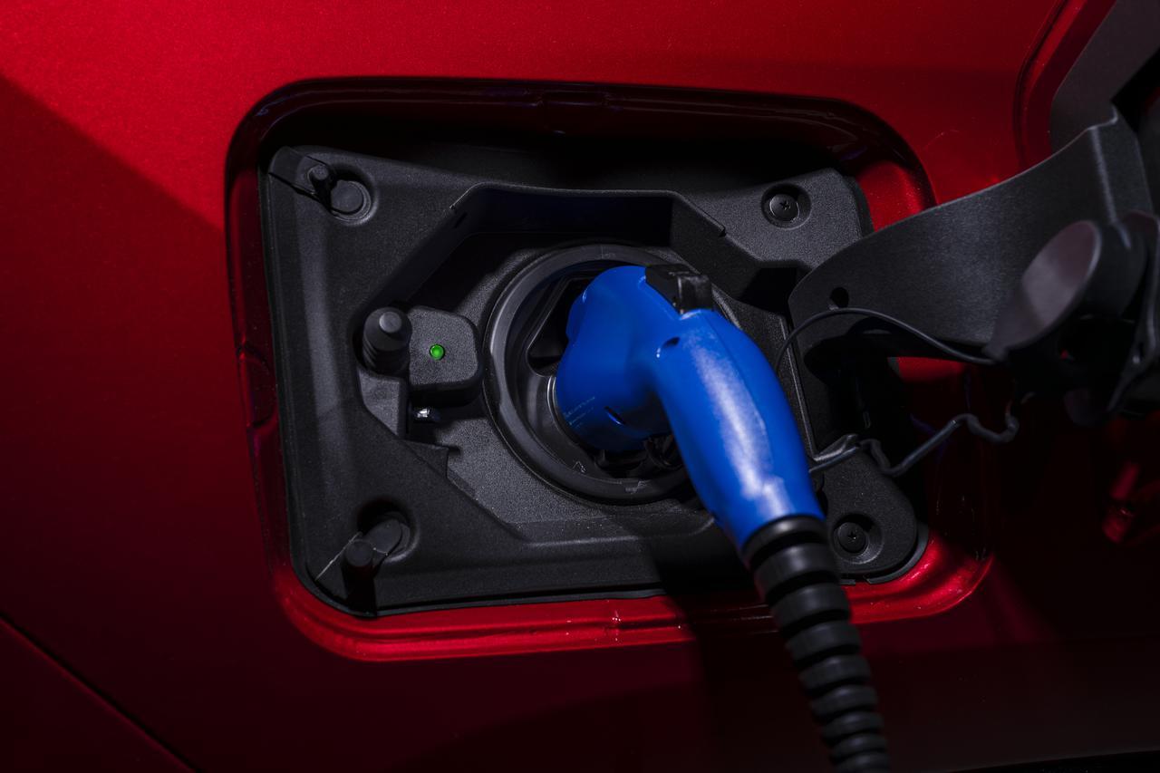 画像: プラグインハイブリッドとは、外部電源から充電ケーブルを通じて大容量の蓄電池に充電できる車両のこと。