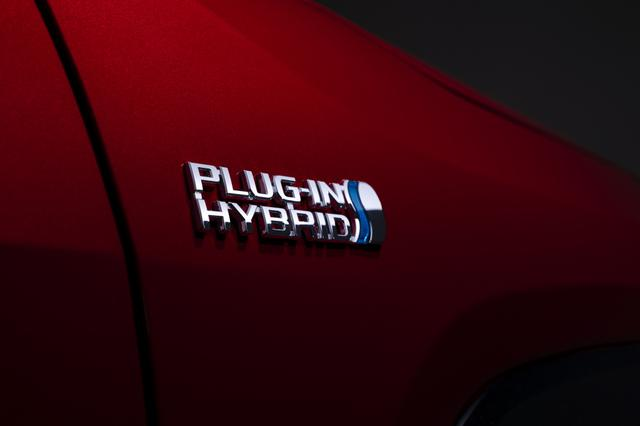 画像: トヨタではプラグインハイブリッド車をPHVと呼んでいる。