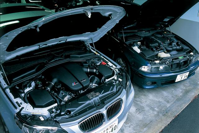 画像: 新旧M5を比較。左がE60型M5のV10DOHC 4999ccエンジン、右がE39型M5のV8DOHC 4941ccエンジン。排気量はほぼ同じ。