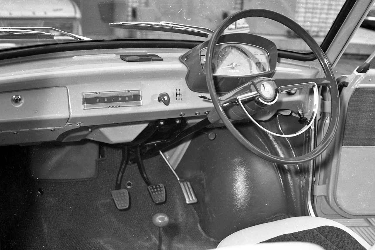 画像: ラジオもないシンプルなインパネ。ダッシュボードにシフトパターンが描かれていた。