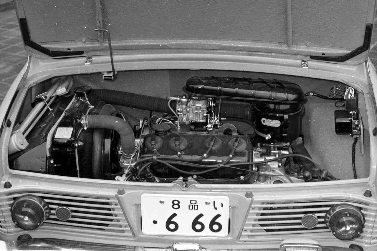 画像: 358ccながら4気筒のOHVエンジンを横置き搭載。ラジエターはボディ左側にあった。