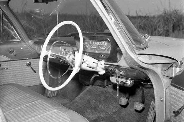 画像: 乗車定員は前3名、後ろ3名の6名。ミッションはオーバードライブ付きの3速コラムMTだった。