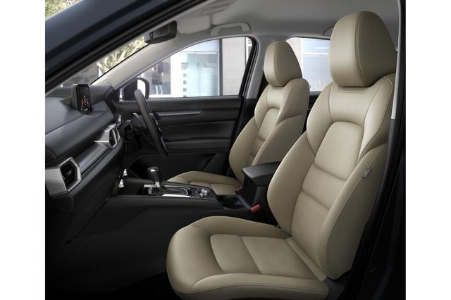 画像: マツダ CX-5の特別仕様車「シルクベージュセレクション」に採用されたベージュ色のシート。中央部にはスウェード調の生地が配置される。