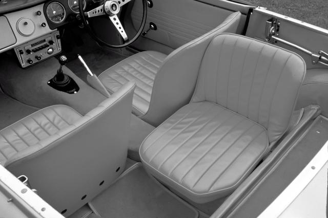 画像: 1964年のマイナーチェンジ前はフロントシートの後ろに横向きのシートが備わる3人乗りだった。