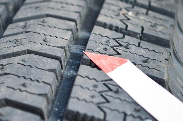 画像: スタッドレスタイヤやウインタータイヤなどにある、スノープラットフォーム。凸部のギザギザが目印だ。