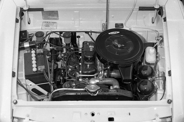画像: 958ccに排気量アップしたエンジンに2バレルシングルキャブで55psを発生している。