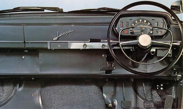 画像: フラットでシンプルなインパネ。ミッションは4速コラムMTでパーキングブレーキはステッキ式。