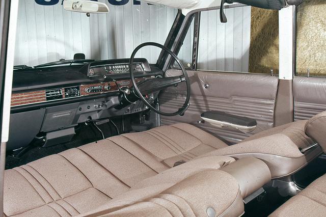 画像: 人間工学的に研究されたフロントシートはベンチシートで、乗車定員は6名だった。
