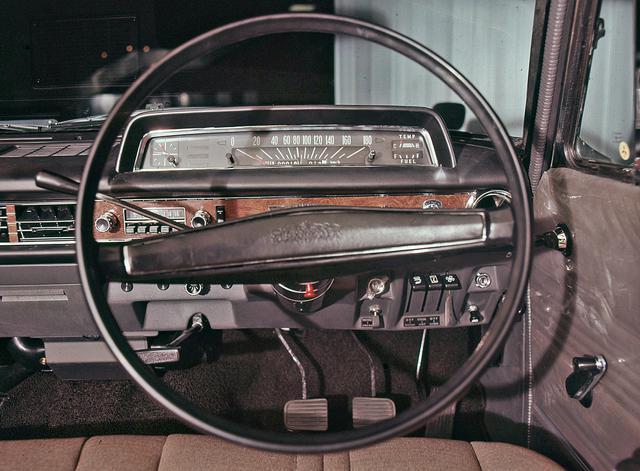 画像: 高級車といえどもメーターはシンプルだった。のちに3速ATも設定されるが、当初はコラムMTだった。