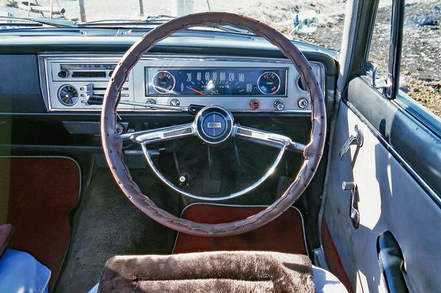 画像: ステアリングカバーはノンオリジナル。3速コラムMTが標準だったが、ATのトヨグライドも追加された。