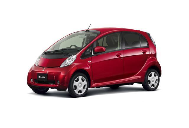 画像: 軽自動車のボディのミッドにモーターを搭載したi-MiEVが2009年、最初からEVとして製作されたリーフが2010年と続けて発売された。