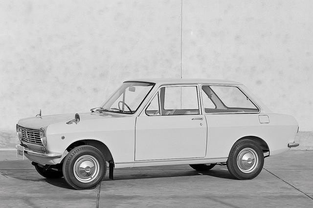 画像: 初代サニーのデビュー当初は2ドアのみ。セダンでも小型車はまだ2ドアが主流の時代だった。