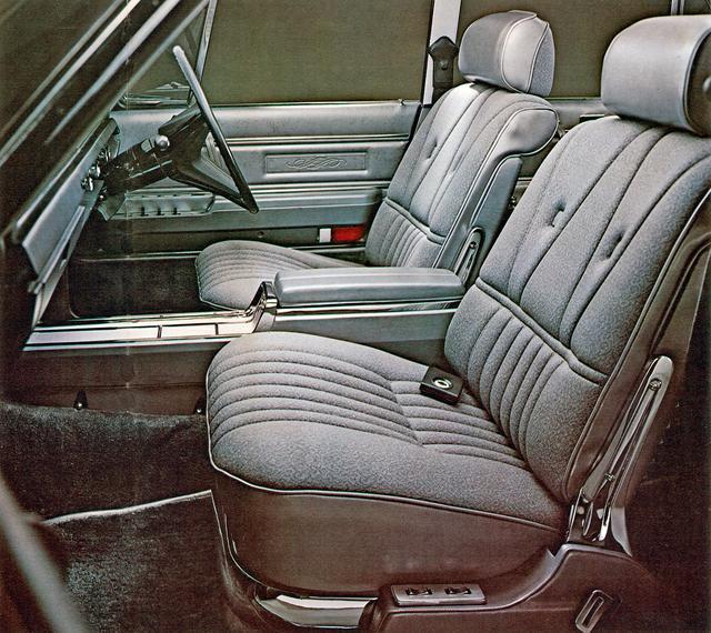 画像: 豪華なシート。写真は前席がセパレートの5人乗りだが、ベンチシートの6人乗りも設定。