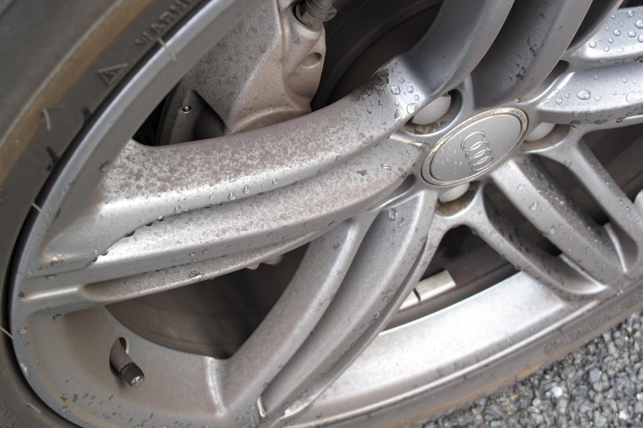 画像: 制動力を重視した輸入車のブレーキパッドは、国産車と比べてブレーキダストが発生しやすい。