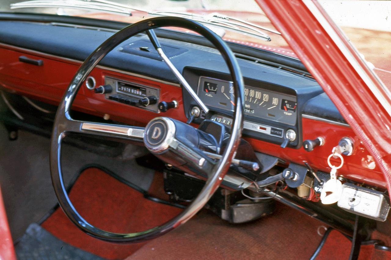 画像: 撮影車は4ドアセダンと同時に設定されたクラス初の3速AT。コラムシフトだった。