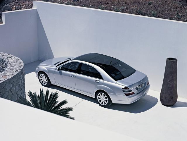画像: 2005年のフランクフルトモーターショーでワールプレミアを飾ることになる5代目メルセデス・ベンツSクラス(W221型)。