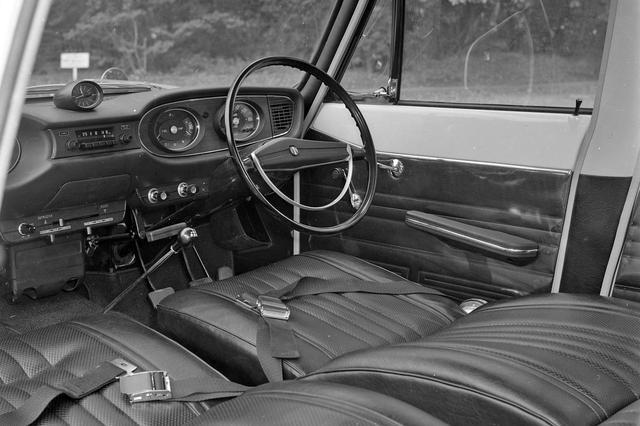 画像: 写真のオーナーデラックスは4速フロアシフトを採用。シートベルト(当時は安全ベルトと言った)も装備。