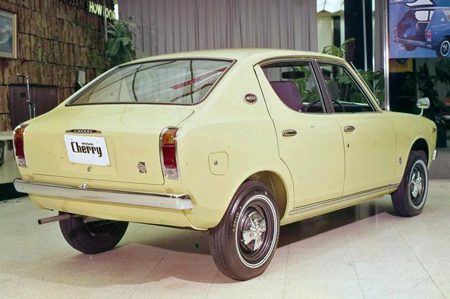 画像: セミファストバックだが、独立したトランクを持つ。1971年には3ドアクーペが追加された。