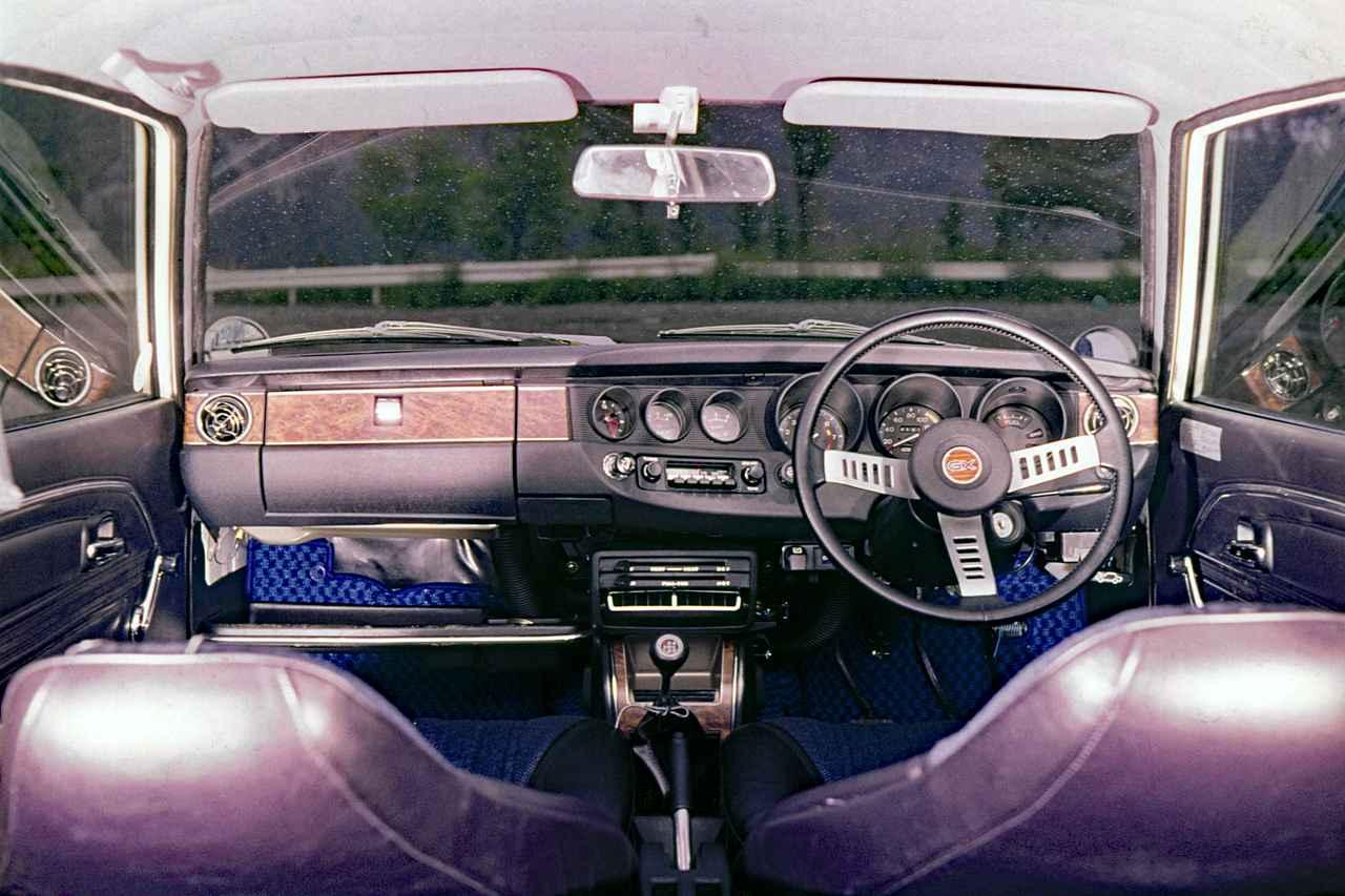 画像: 独立したメーターがインパネに配されるスポーティなコクピット。5速MTも設定されていた。